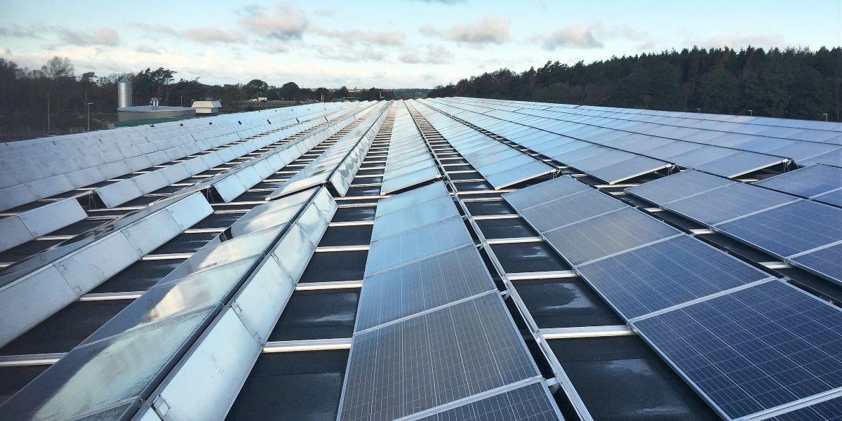 Platt tak med upplutade solcellspaneler